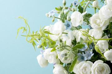 青い背景と白い薔薇とブルースターとスマイラックス
