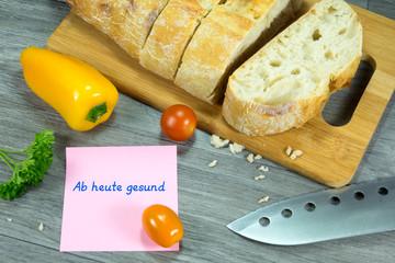 Frühstück und eine Nachricht auf einem Memozettel