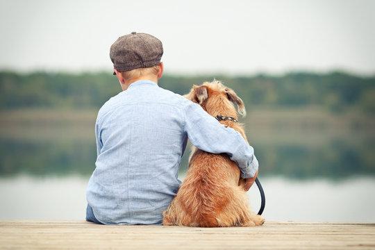 freundschaftliche Umarmung eines Jungen mit seinem Hund