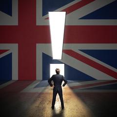 Portal in Form eines Ausrufezeichen in einer Wand mit UK-Flagge