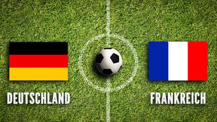 Fußballrasen mit Flaggen von Deutschland und Frankreich