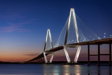 Zonsondergang bij de Arthur Ravenel Jr.-brug over de Cooper River in Charleston, South Carolina