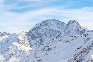 Горные вершины в снегу на Кавказе в ожидании лыжников