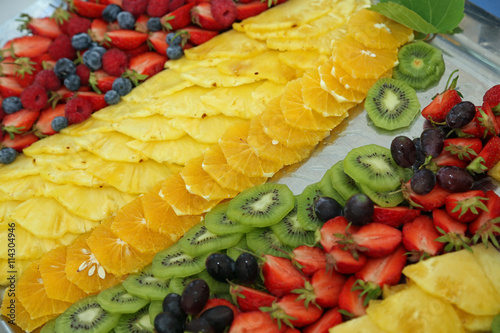 platte mit ananas kiwi erdbeeren und orangen imagens e. Black Bedroom Furniture Sets. Home Design Ideas