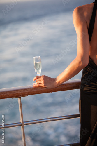 femme avec une coupe de champagne sur le pont d 39 un bateau stock photo and royalty free images. Black Bedroom Furniture Sets. Home Design Ideas
