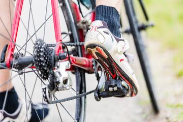 Kette, Pedal, Hinterrad, und Ritzel eines Fahrrads, Detail, Mann hat Fuß auf dem Pedal