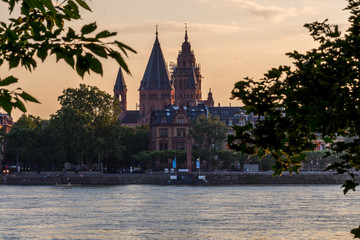 Der Mainzer Dom am Rhein