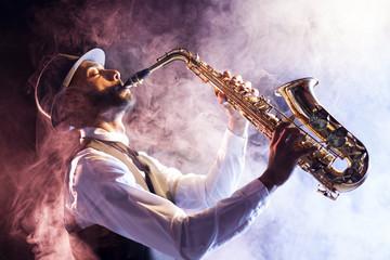 Saxofonista entre el humo