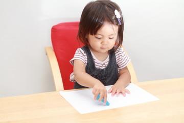 お絵かきする幼児(1歳児)