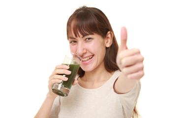 青汁を飲んでいるおかげで健康な女性