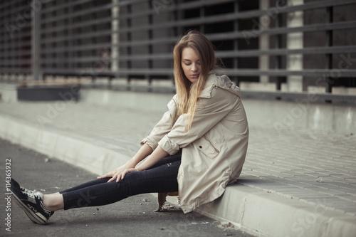 Длинноволосая красивая девушка в джинсах бесплатно фото фото 484-992