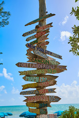 Fototapete - Key West beach distance signs to landmarks