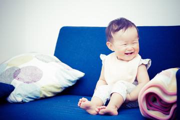 楽しそうに笑っている赤ちゃん