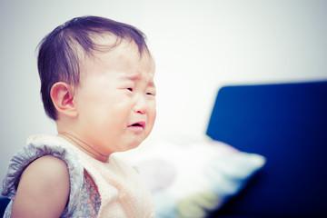 泣いているかわいい赤ちゃん