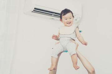 持ち上げられているかわいい赤ちゃん,日本人