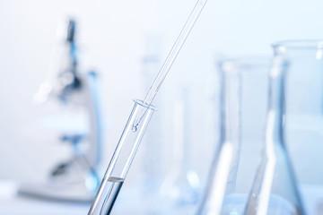 Laborszene mit Pipette und Reagenzglas