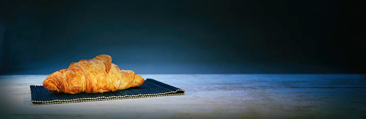 pain au chocolat sur fond noir