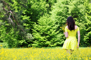 Women with a bouquet of buttercups