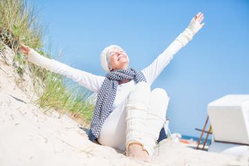 ältere Frau am Meer