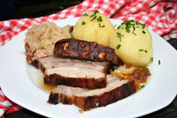 organisch lifestyle schweinekrustenbraten, knödel, sauerkraut, speck, selbstgemacht, modern, neu,