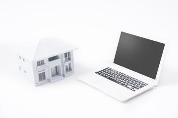 家とパソコンのミニチュア