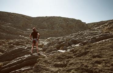Kletterer steht vor Felswand