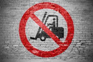 Ziegelsteinmauer mit Verbotszeichen Für Flurförderzeuge verboten Graffiti