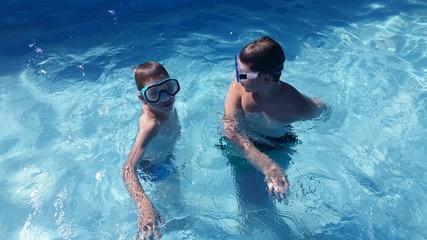 Kinder mit Taucherbrille im Pool