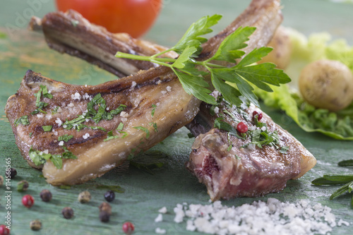 "Roasted lamb chops with herbs and pepper"" Imagens e fotos de stock ..."