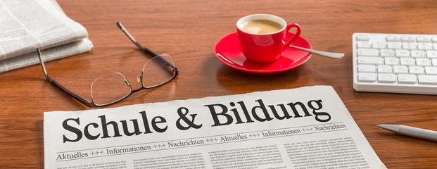 Zeitung auf Schreibtisch - Schule und Bildung