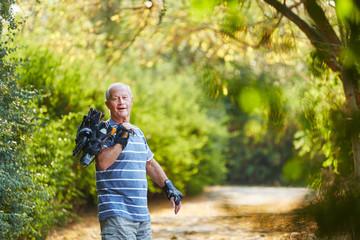 Senior als Inline Skater in der Natur