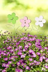 kleine Holzblumen im Garten