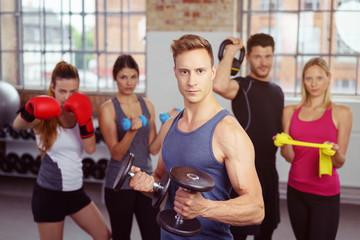 ein starkes team im fitness-studio