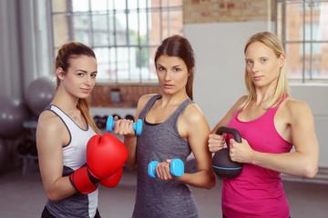frauen trainieren zusammen im fitness-studio