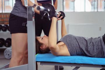 sportler trainieren zusammen im fitnessstudio