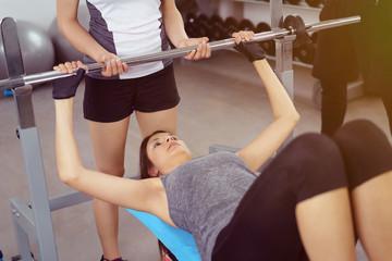frauen trainieren mit gewichten