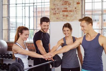sportler im fitness-studio motivieren sich