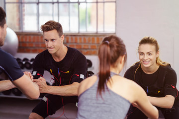 sportler und trainer beim ems-training