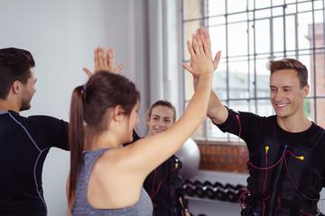 trainer und sportler klatschen ab nach dem ems-training