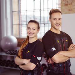 glückliche sportler beim ems-training