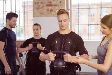 sportler heben kettlebells beim ems-training