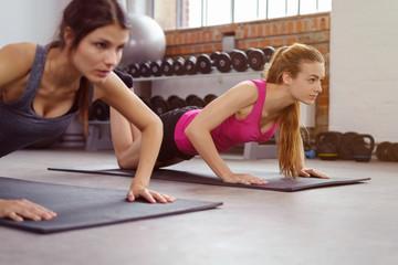 zwei frauen trainieren im fitness-kurs