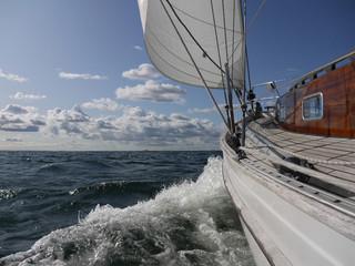 kreuzen mit dem Segelboot auf der Ostsee