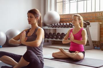frauen praktizieren yoga im fitness-studio