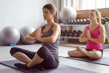 frauen entspannen beim yoga-kurs im studio