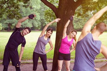 gruppe beim fitness-training im park