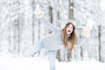 Frau wirft schneeball im winter