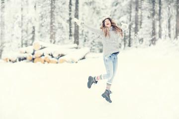 Frau freut sich über den Winter