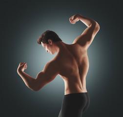 Uomo fitness con muscoli