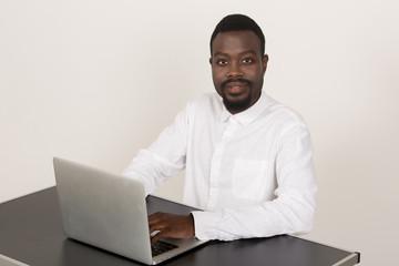 junger Mann sitzt am PC Laptop zeigt Emotionen